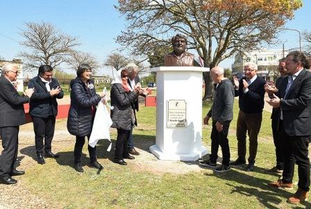 Osvaldo Bayer ya tiene su busto en Concepción del Uruguay
